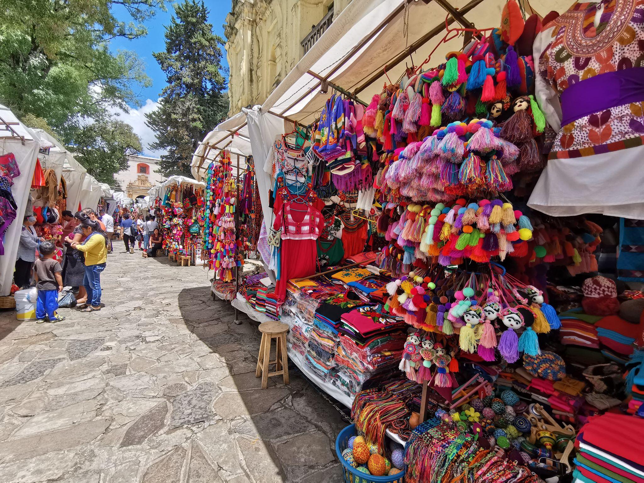 photo illustrant le marché artisanal coloré de la ville de san cristobal de las casas dans les chiapas