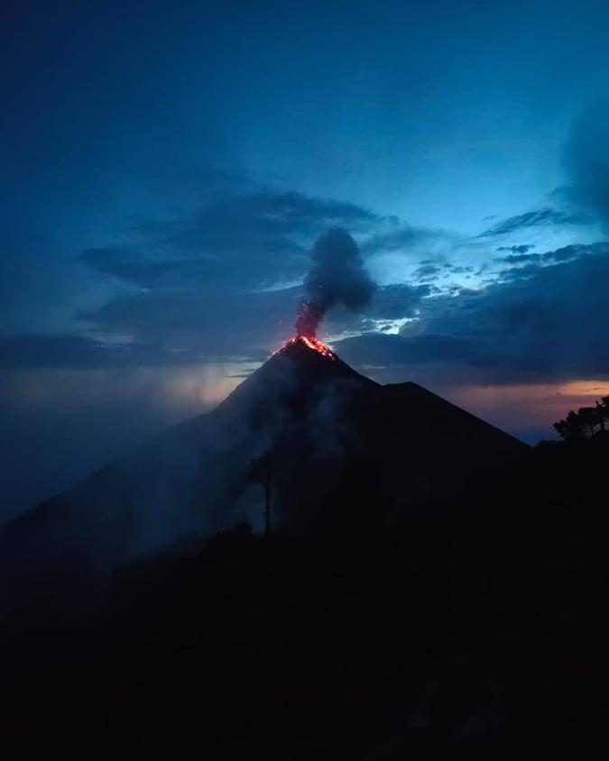 volcan fuego acatenango antigua